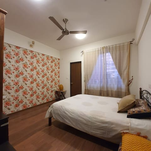 Private room close to work and party hub in Pune