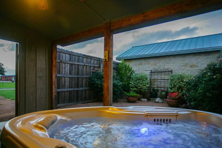 Absolutely Charming Alexander Suite, Close to Town and Wineries, Hot Tub!