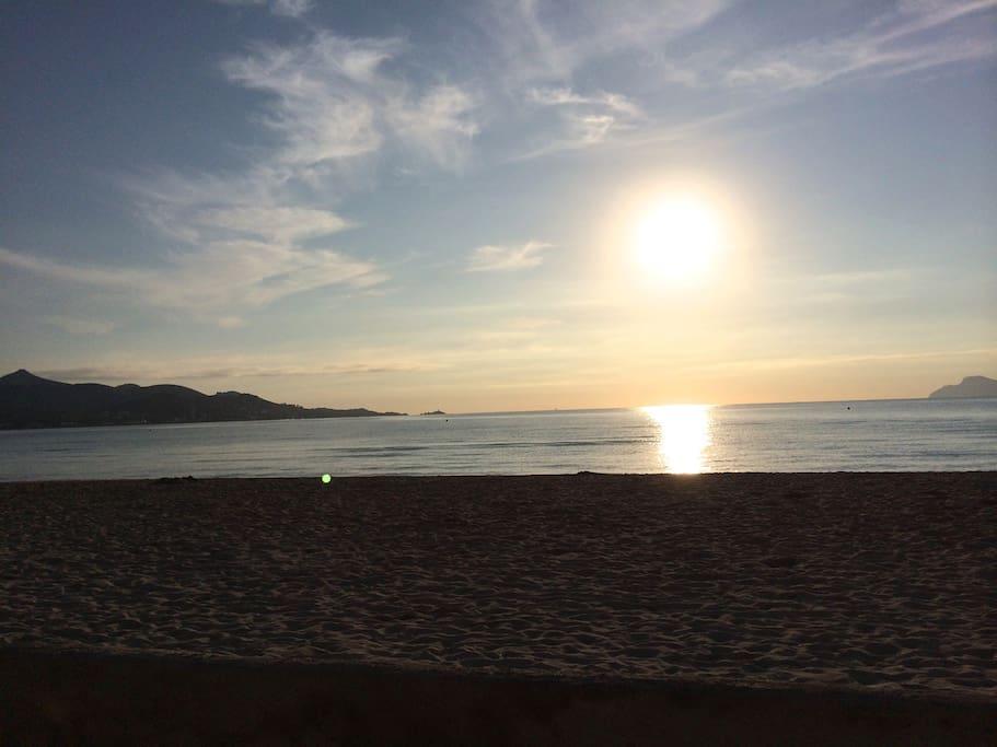 El sol sale cada mañana desde el mar... Espectacular!!