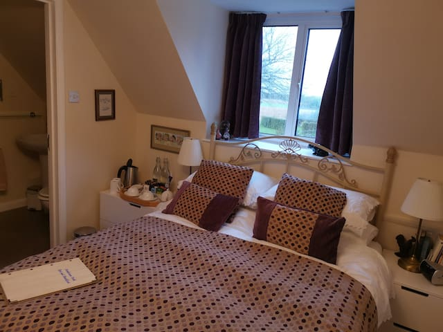 Plum Room small double en suite & breakfast incl.