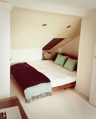 Cosy light attic Double Bedroom near Oxford Centre