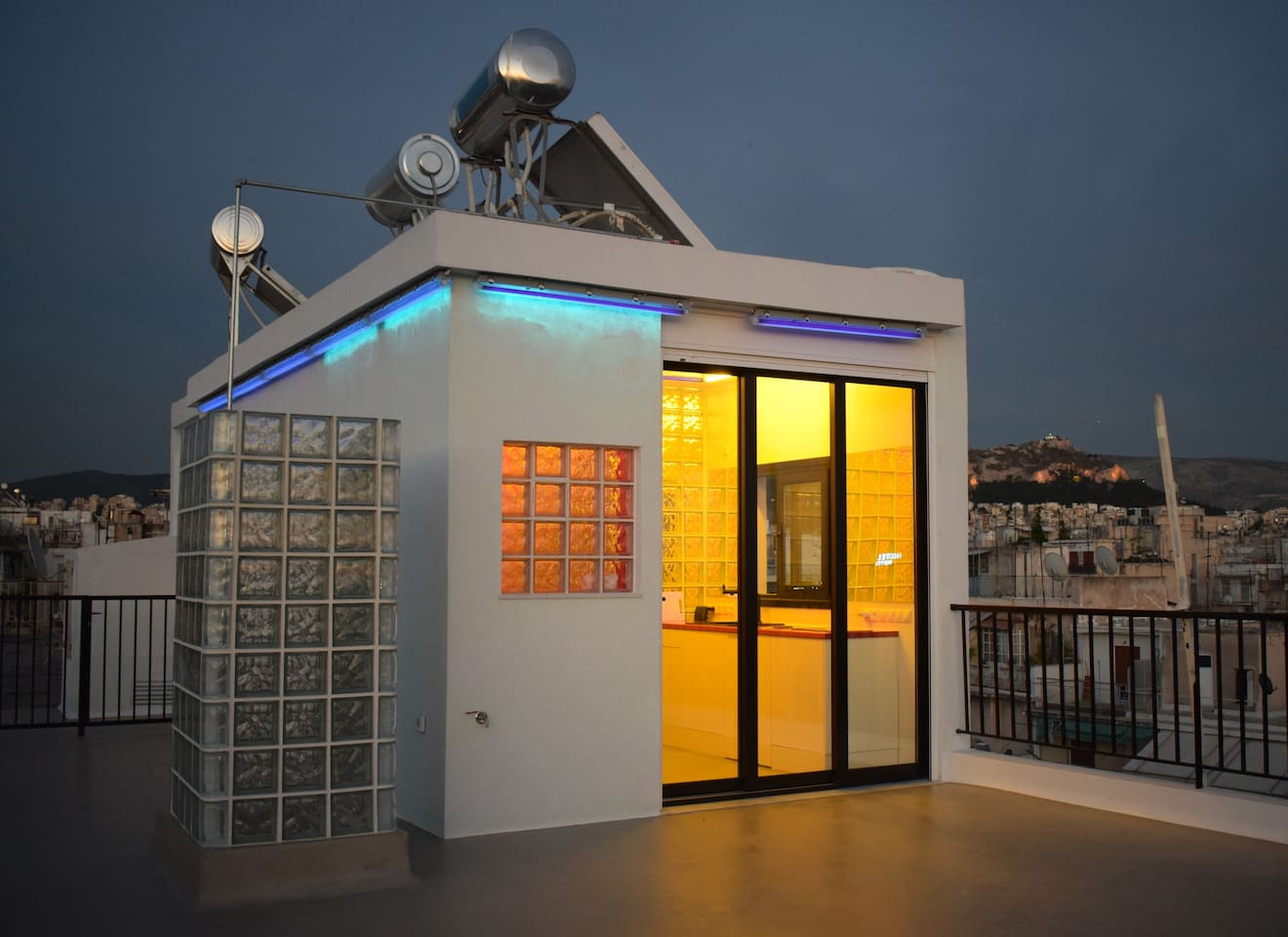 A living experiment. A country house on Mars . A rooftop apartment in the centre of Athens, with incredible 360º views of the whole city. Recently renovated.