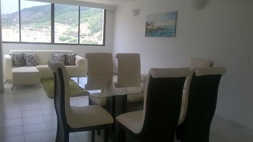 Amplia y confortable sala comedor, con vista al cerro.