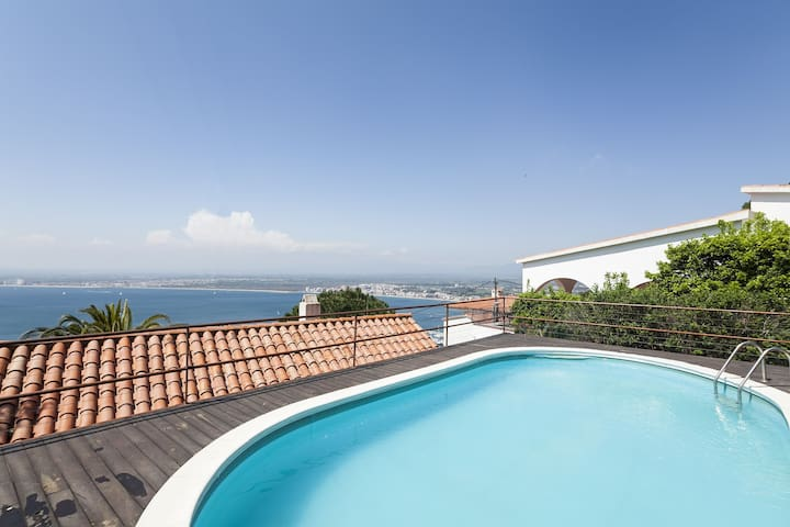 Nice house overlooking the bay of Roses and with private pool. Two bedrooms, one bathroom