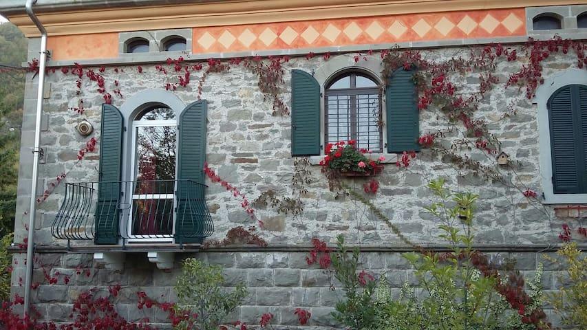 VILLA del 900 sul FIUME  SCOLTENNA - Montecreto - Villa
