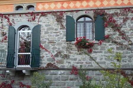 VILLA del 900 sul FIUME  SCOLTENNA - Montecreto