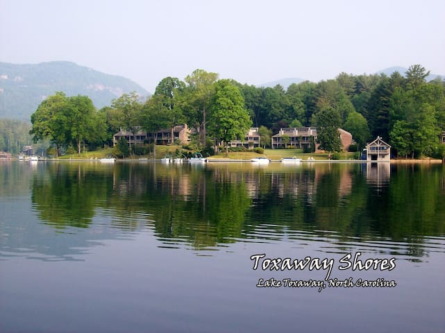 LAKEFRONT Lake Toxaway 3/2 Condo with canoe