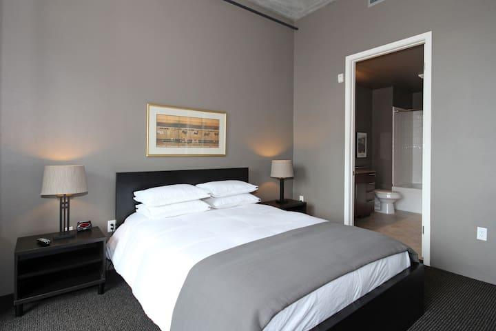 Master bedroom: Queen size bed & flat screen TV