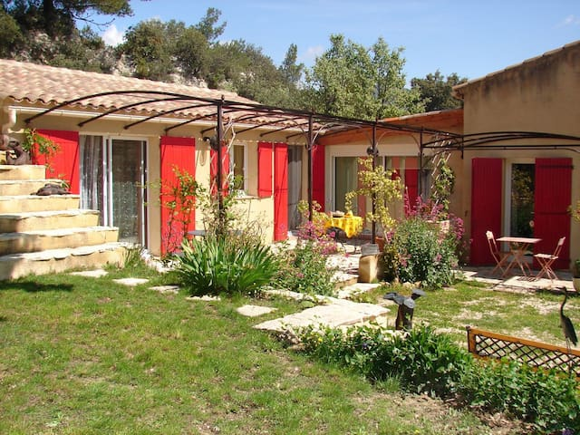 Apt for 4, Luberon, swimming pool - Vaugines - Huoneisto
