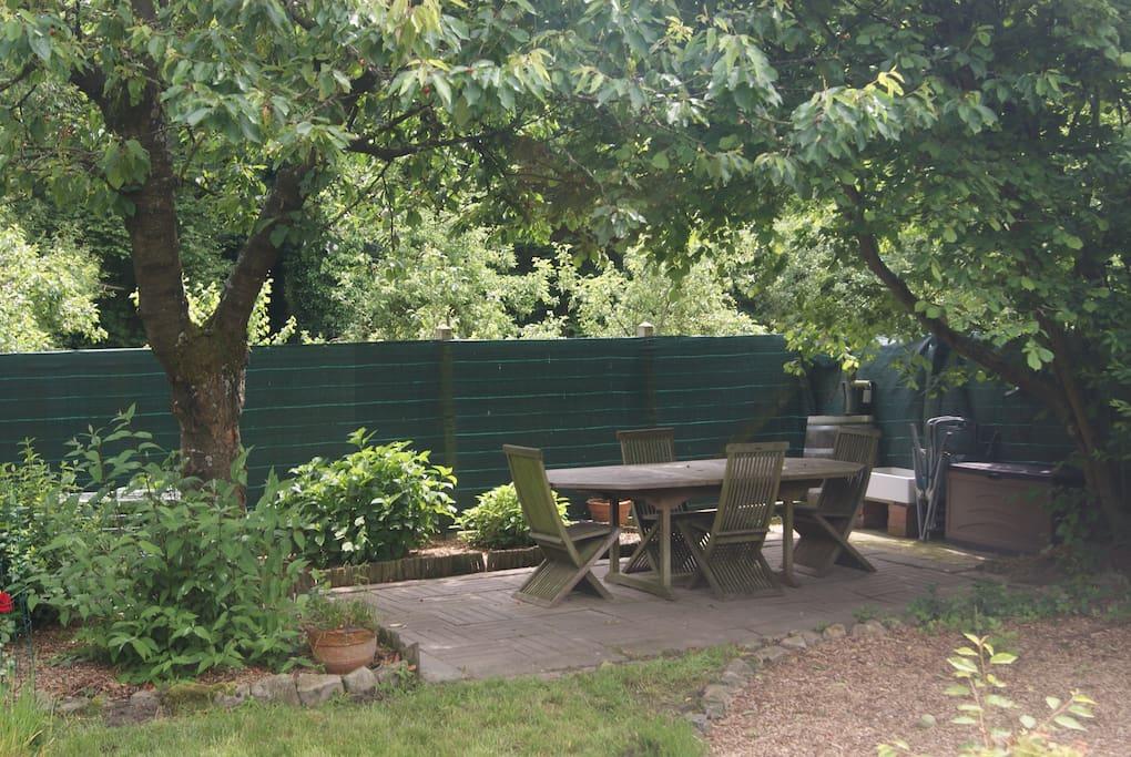 Le Jardin Derrière Location du jardin et barbecue sur demande et reservation