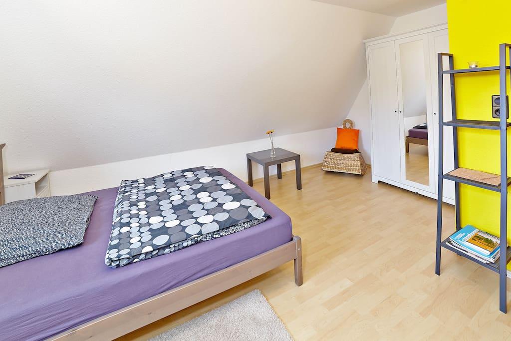 Das 140cm breite Bett bietet auch Platz für 2 Personen.
