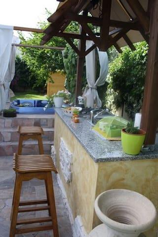 cucina e dietro l'idromassaggio jacuzzi