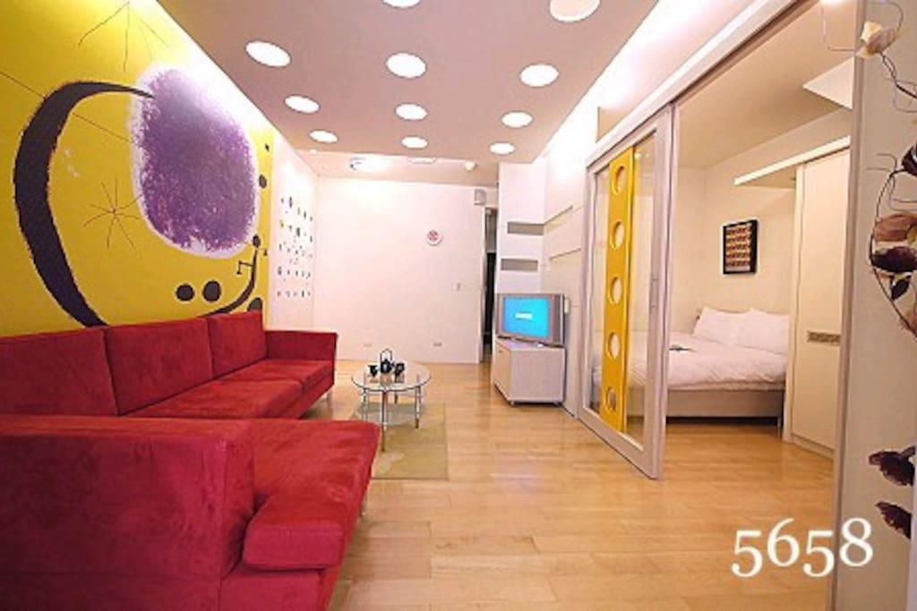 超大型沙發 客廳寬敞 木質地板