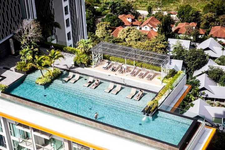 Celebrity condominium, 4 pools, 2 gyms ocean view