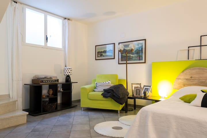 Possibility of an extra bedroom on the basament with private bathroom for 5 or 6 guests guests or under explicit requests.