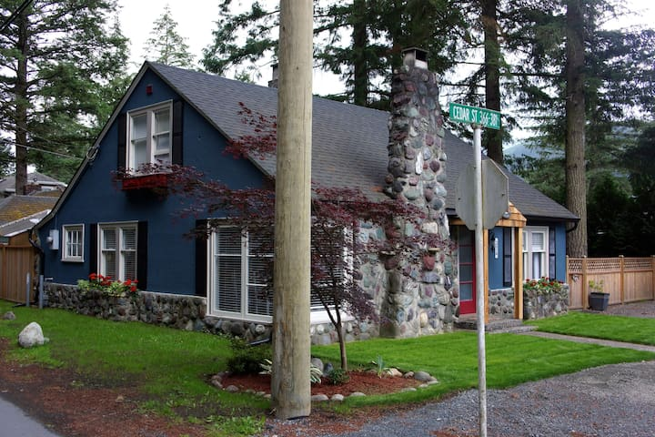 Cultus  Cedar Cottage - Sleeps 12 - Pet Friendly