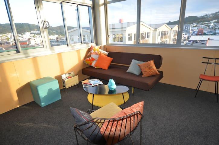 CompARTment-Inner City Studio stay - Wellington - Bed & Breakfast