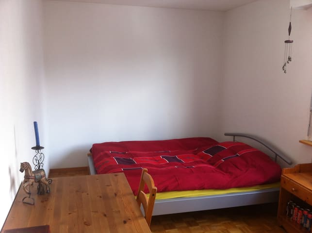 Private flat 15 min walk to train station!