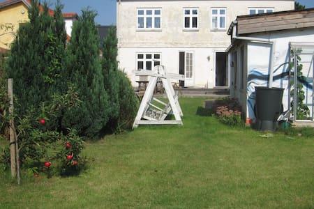 Værelse for 2 gæster i byhus tæt på centrum - Næstved - Dům