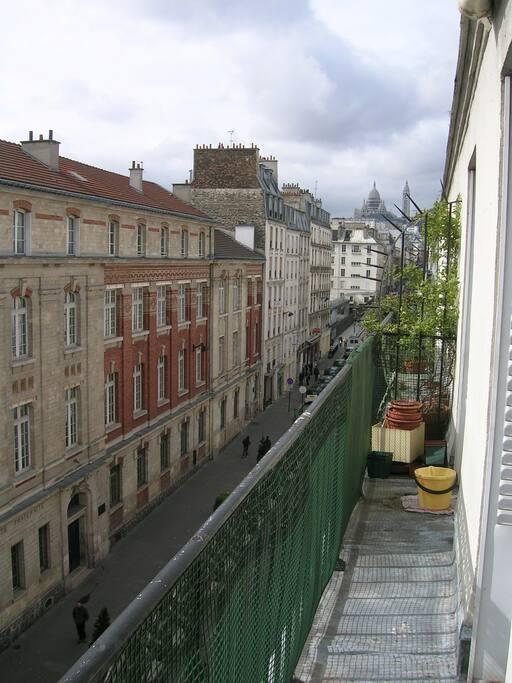 Petit balcon filant, vue sur le Sacré Cœur dans le prolongement de la rue