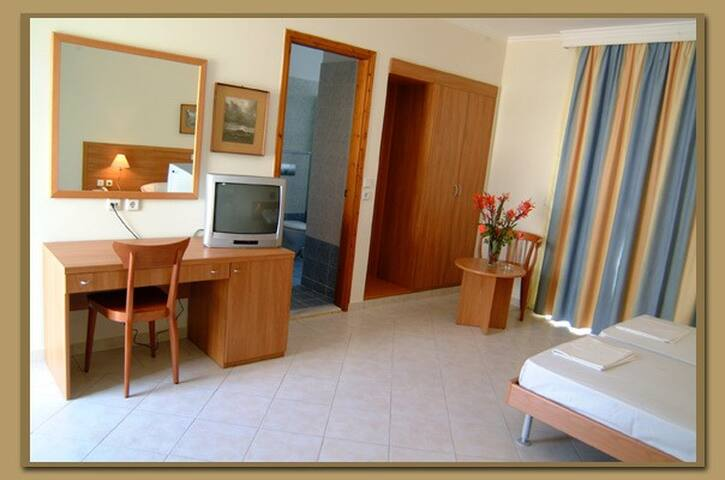 Executive 3ple studio apt w/seaview - LIndos - Apartment