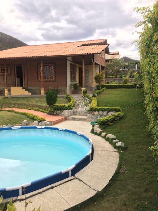 Exterior casa desde piscina