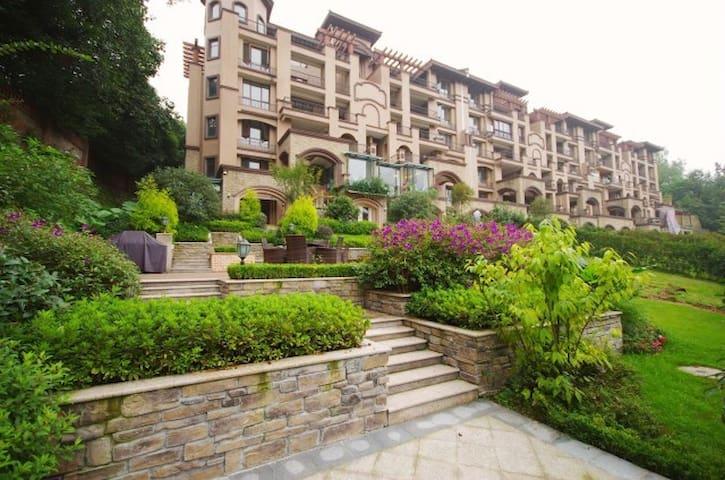 峨眉山艺家国际度假公寓景观双大床房享600平米私家花园 - Emeishan - Apartmen