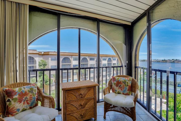 Relaxing riverfront condo w/ heated pools, hot tubs & tennis courts