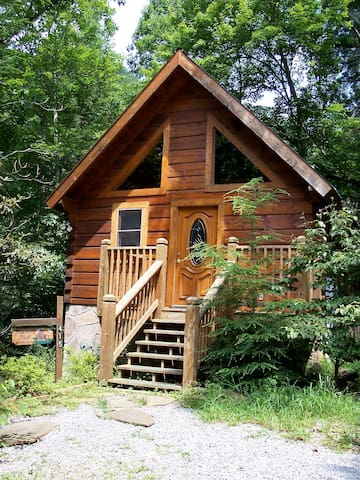 Cozy romantic log cabin w jacuzzi cabins for rent in for Large cabin rentals in tennessee