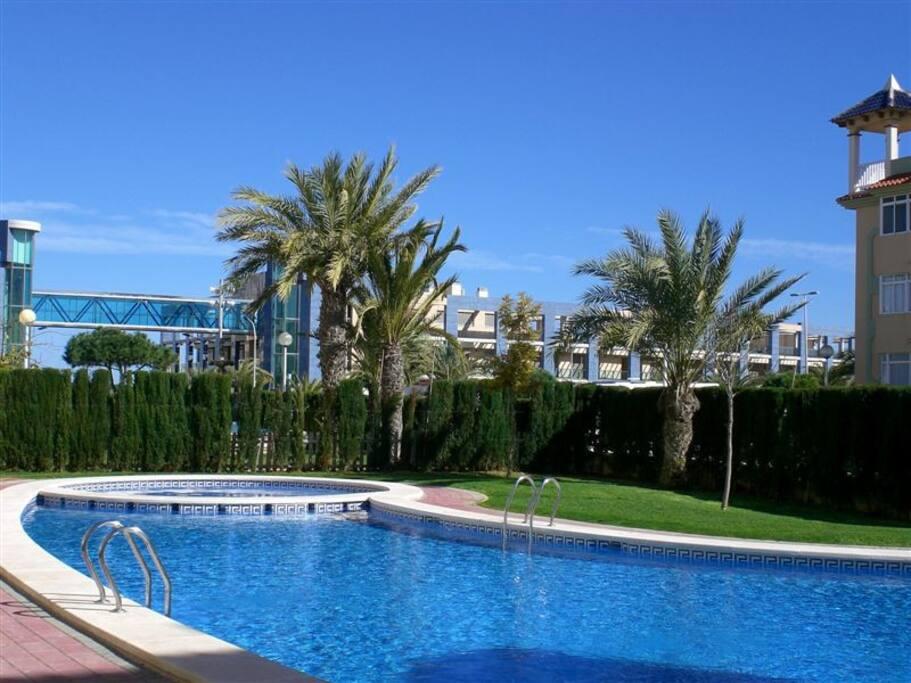 Espaciosa planta baja con piscina a 100m al mar for Apartamentos en torre del mar con piscina