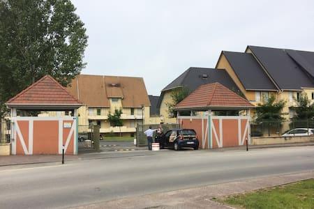 BEAU F3 AVEC PISCINE - Wohnung