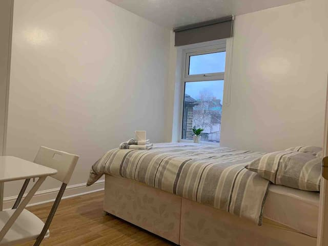 Cosy double room in a lovely 5 bed house E16 4NJ
