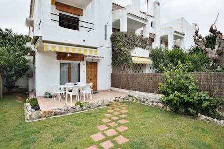 Charming beach house with a garden - Cubelles - Huis