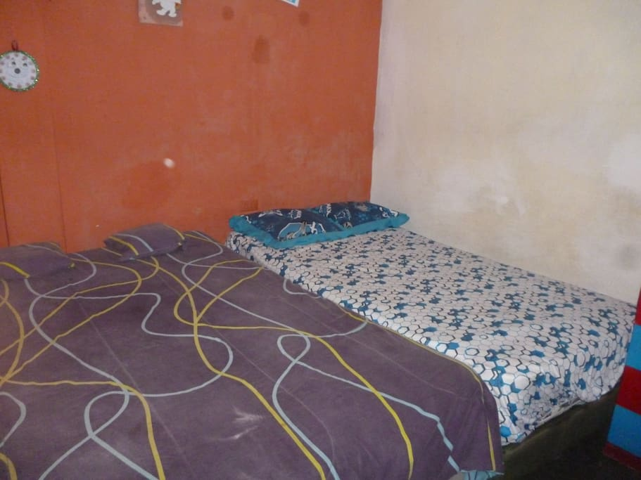 dormitorio 1 cama matrimonial y una cama de niño