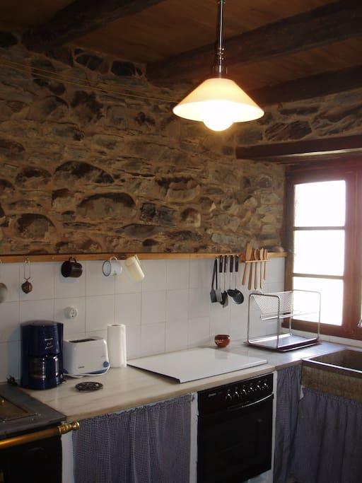 La cocina, totalmente equipada y con un amplio ventanal. Conserva la cocina bilbaína.