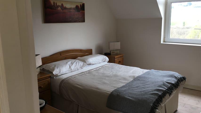 Bright, airy, modern double room near Inchydoney