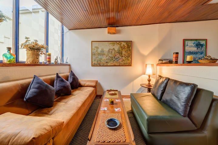Nos han comentado los huéspedes que les encanta el estilo retro del apartamento que va combinado perfectamente con un internet de alta velocidad y muchas comodidades modernas.