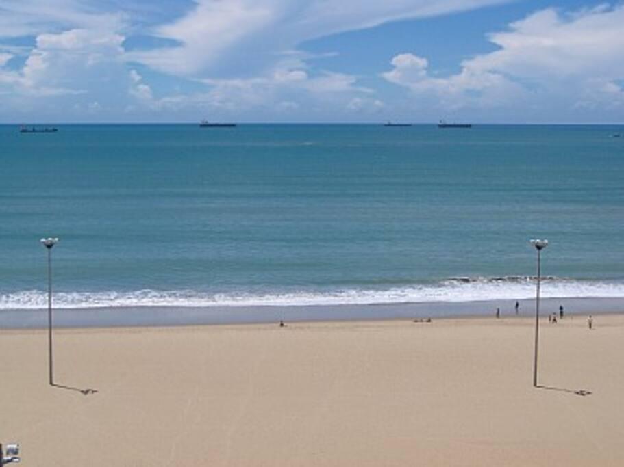 Vista de 180° sobre o mar do balcão do Flat