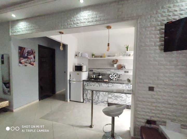 Appart cuisine ouverte sur salon, bien décoré cosy