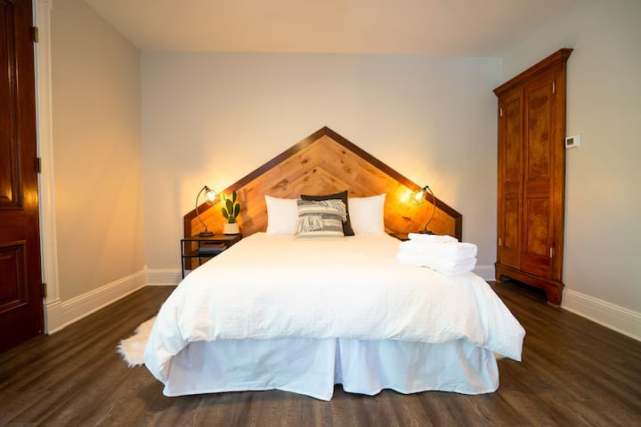 The Western Allure| Beer + Wine | Sleeps 2