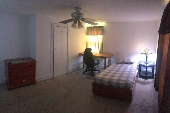 Room with Single bed  in Princeton Junction