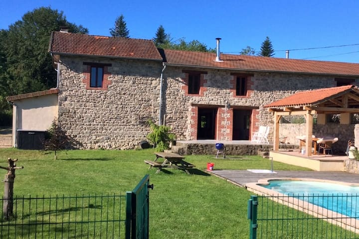 Rustic Holiday Home in Lavoine with Pool near Lake & Forest