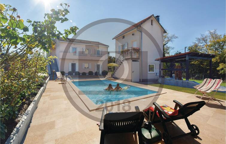 Holiday cottage with 6 bedrooms on 213 m² in Karakasica