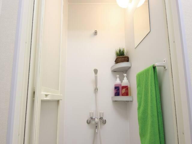 Shared shower rooms are on the ground floor. シャワールームは1階共有スペースにございます。