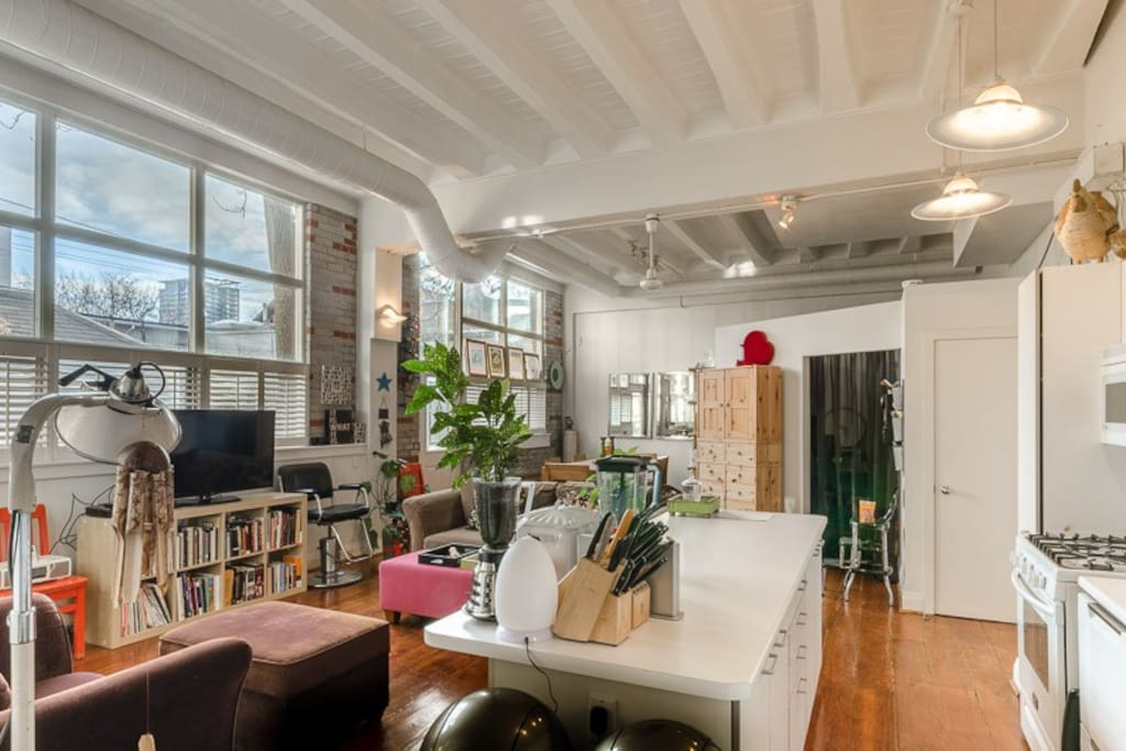 Modern, bright loft with tall ceilings. Very spacious