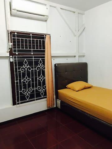 Mi Casa Guest House RM 9 - Singkawang Tengah - Hus