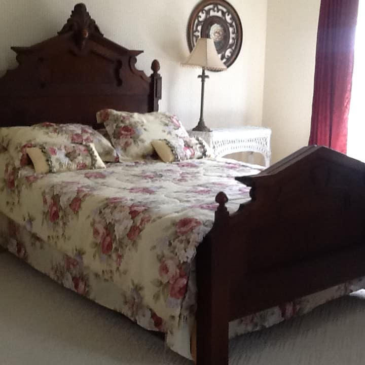 Rose Room at Linnas Lodging