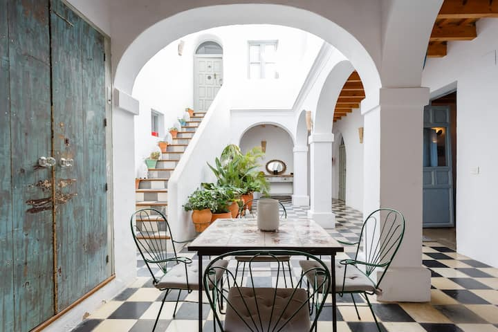 Stunning huge light traditional patio town house