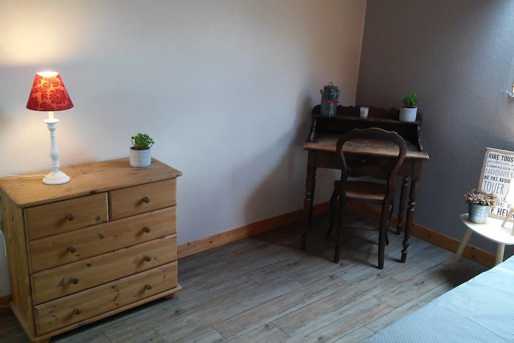 Petit bureau et commode dans la chambre