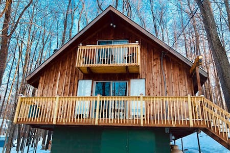 Pocono Mountain Escape Authentic Lakeside Cottage!